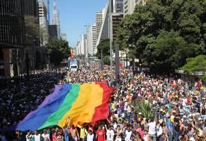 A tradicional bandeira do arco-íris toma conta da Avenida Paulista, no centro de São Paulo Foto: Agência O Globo/ Marcos Alves/ 04-05-2014