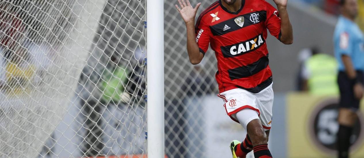 Alecsandro faz sua tradicional careta na comemoração de um dos seus dois gols na vitória do Flamengo sobre o Palmeiras Foto: Guito Moreto / Agência O Globo