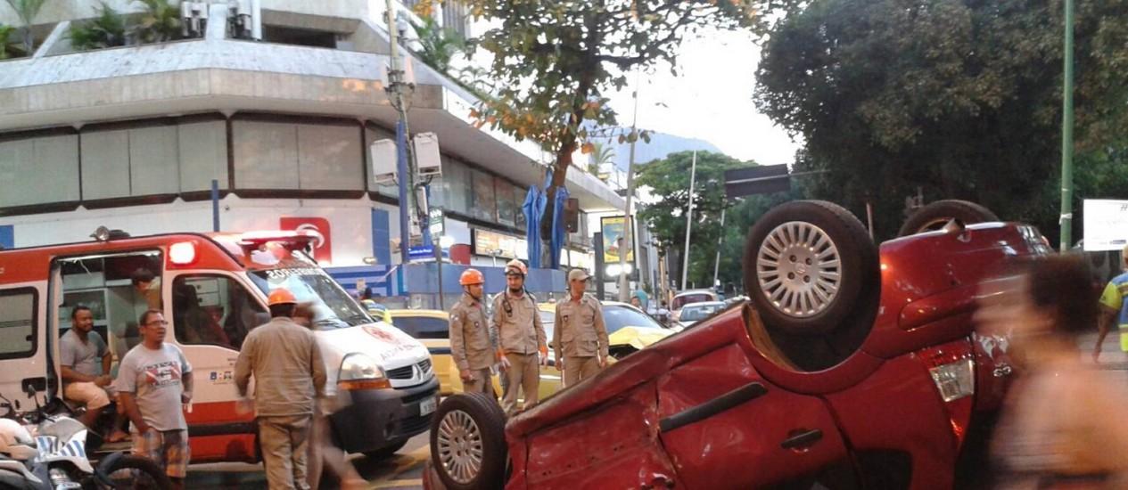 Carro de passeio capota após colidir com táxi em Ipanema Foto: Agência O Globo/Daniela Dacorso