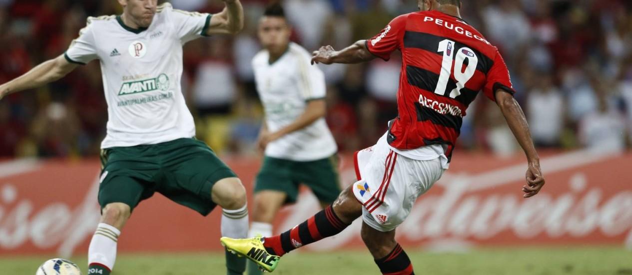 Alecsandro chuta para marcar o quatro gol do Flamengo na partida Foto: Guito Moreto / Agência O Globo