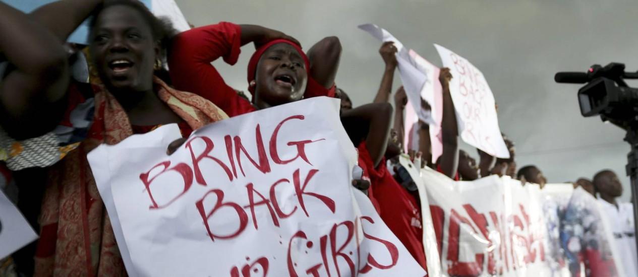 Mulheres nigerianas durante manifestação pela libertação das jovens, em em Abuja Foto: REUTERS/Afolabi Sotunde