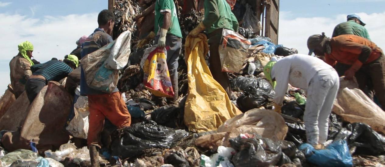Catadores. A Política de Resíduos prevê que as cidade desenvolvam planos de participação de cooperativas de coleta seletiva Foto: Agência O Globo / Jorge William