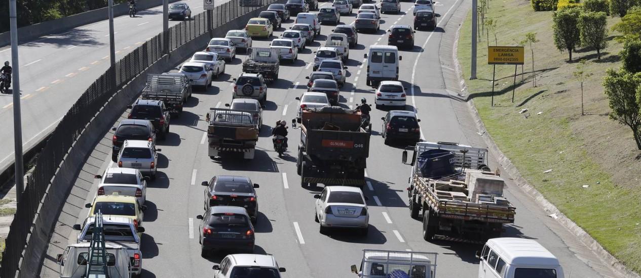 Desrespeito à lei. Pelo menos seis caminhões trafegam pela Linha Amarela em horário proibido. Só o da Comlurb (ao centro) poderia estar circulando na via expressa Foto: Pablo Jacob / Agência O Globo