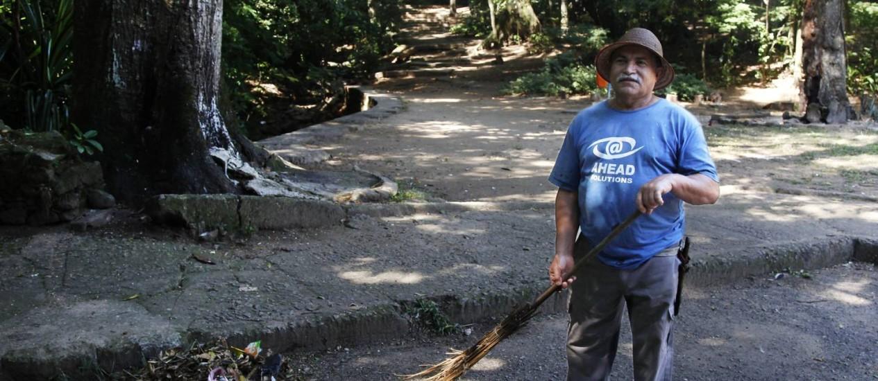 Respeito. O caseiro Luiz Raimundo da Silva diz que não recolhe as oferendas Foto: ANTONIO SCORZA / Agência O Globo
