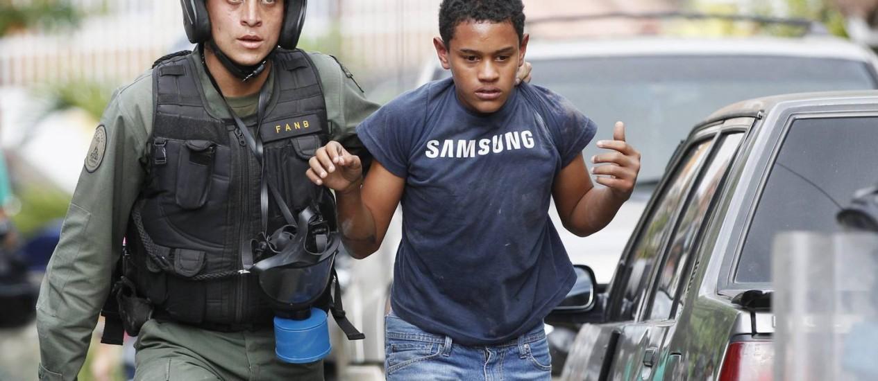 Manifestante é detido na Venezuela Foto: REUTERS-29-04-2014