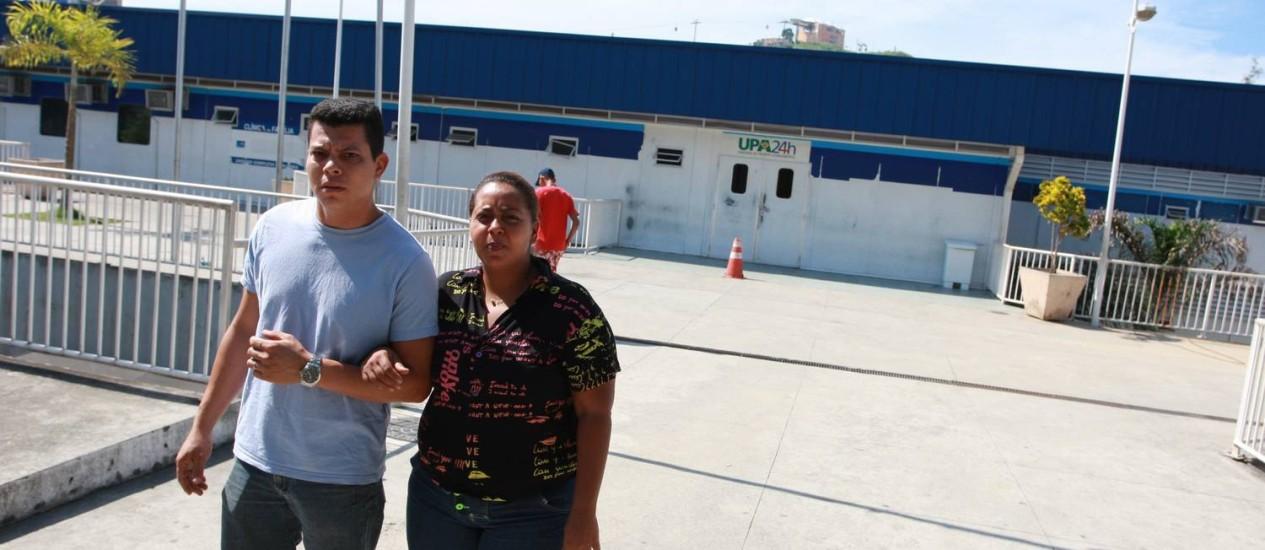 Lamento. Com dores no estômago, Daiana saiu da unidade sem atendimento Foto: Pedro Teixeira / Agência O Globo