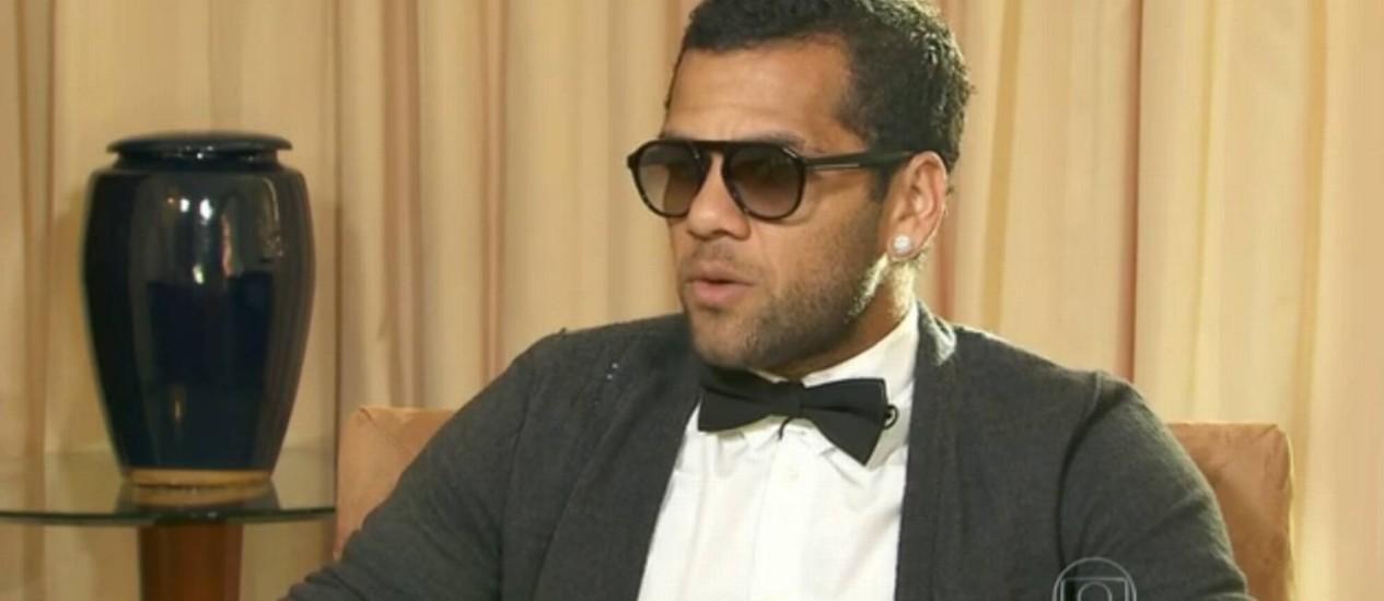 Daniel Alves em entrevista ao Fantástico, uma semana depois do episódio de racismo no jogo contra o Villarreal Foto: Reprodução de internet