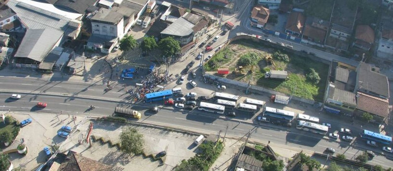 Protesto causa engarrafamento na Rodovia Amaral Peixoto, na altura do bairro Arsenal Foto: Léo Sales BTN/Centro de Operações Rio