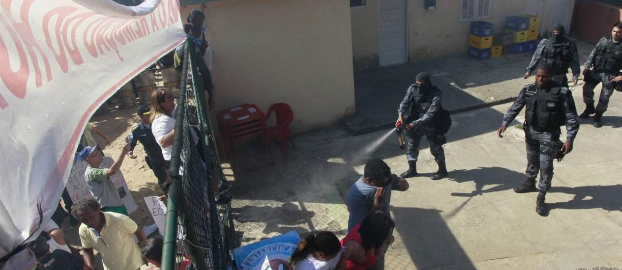 Policial usa spray de pimenta na ação de reitegração de posse de clube no horto Foto: Domingos Peixoto / Agência O Globo