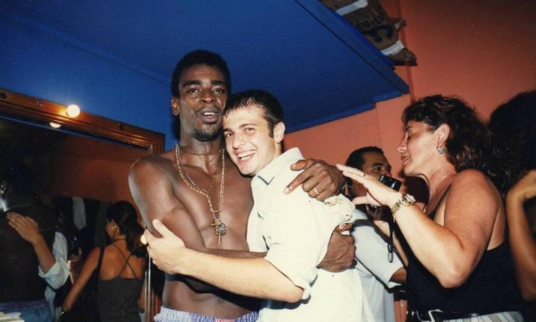 O cantor ao lado do jornalista numa foto de 1997 que fará parte do livro Foto: / Acervo pessoal de Leonardo Rivera