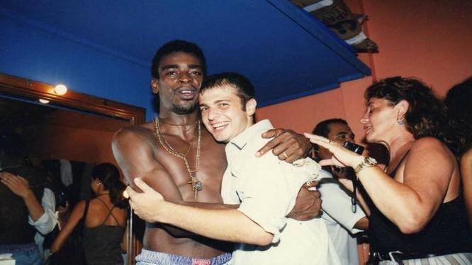 O cantor ao lado do jornalista numa foto de 1997 que fará parte do livro Foto: Acervo pessoal de Leonardo Rivera