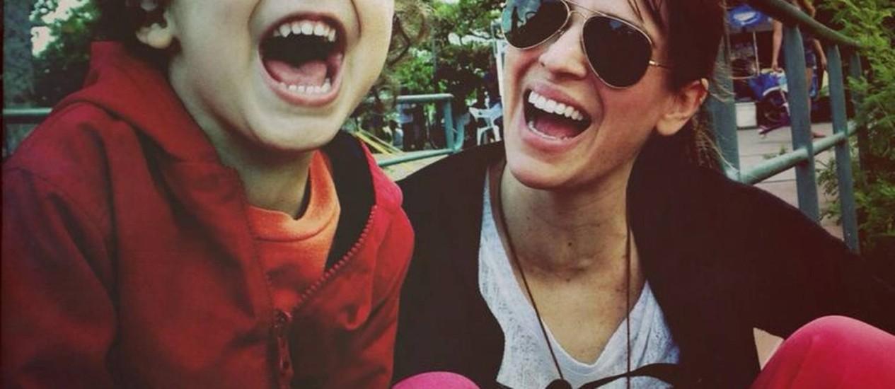 Valentim, de 3 anos, com a mãe, Larissa Bracher Foto: Arquivo pessoal