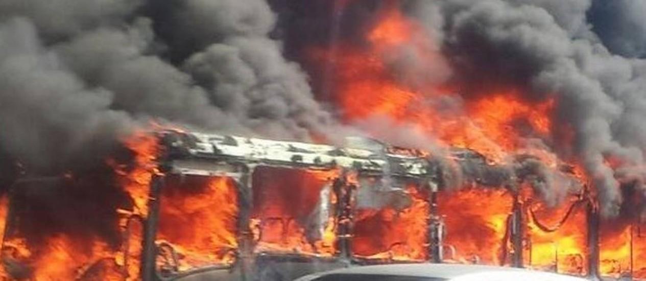 Ônibus pega fogo na Avenida Brasil Foto: Foto de leitor / Paulo Mesquita