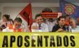O senador Aécio Neves (no centro) no evento do Sindicato Nacional dos Aposentados