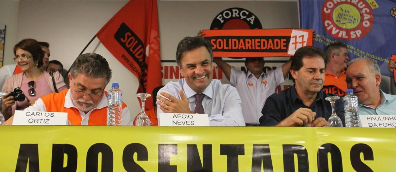 O senador Aécio Neves (no centro) no evento do Sindicato Nacional dos Aposentados Foto: Marcos Alves / Agência O Globo