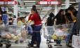 Venezuelanos enfrentam filas enormes em supermercados