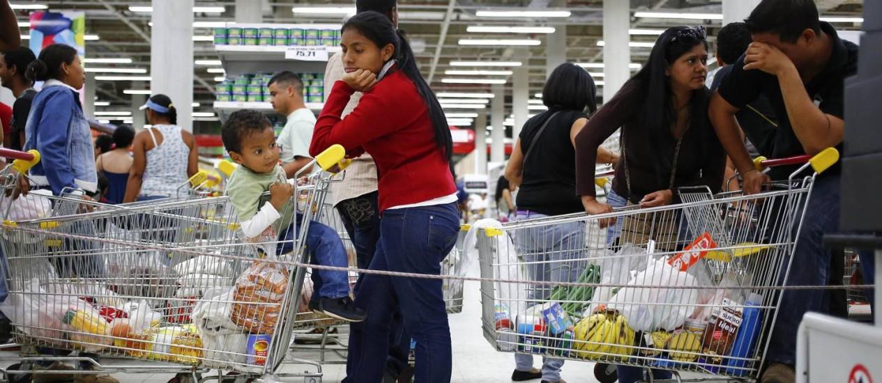 Venezuelanos enfrentam filas enormes em supermercados Foto: JORGE SILVA / REUTERS