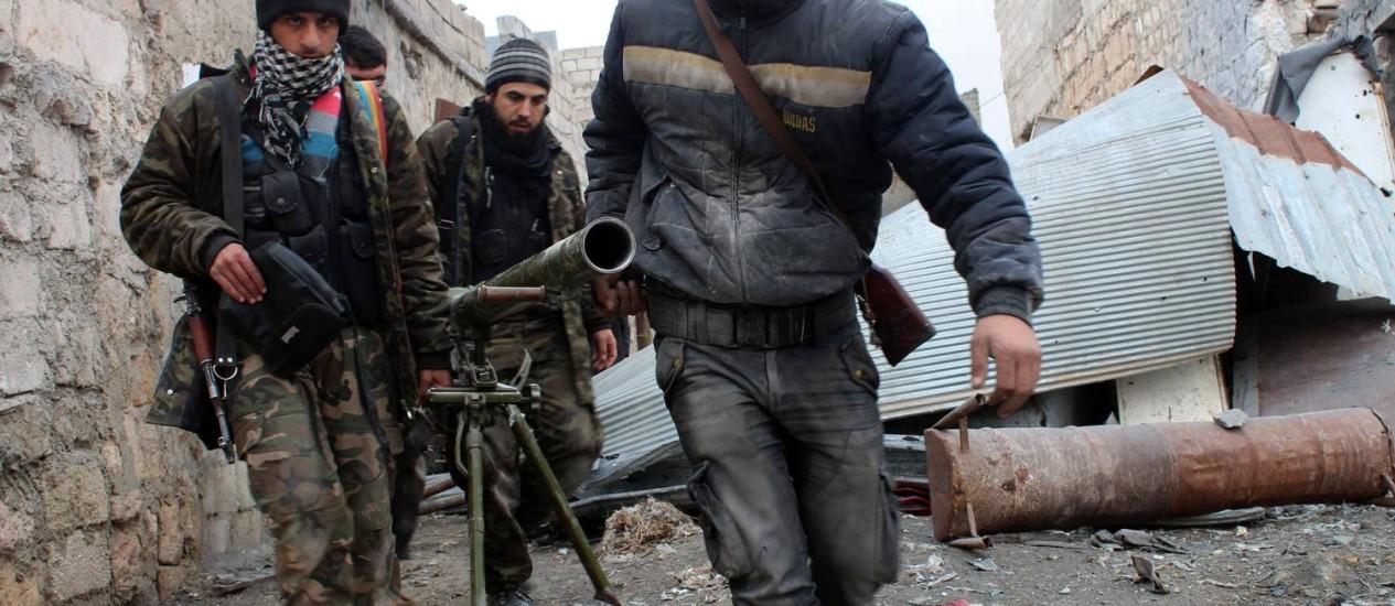 Opositores sírios carregam um lança míssil na cidade de Aleppo Foto: AFP-27-1-2014