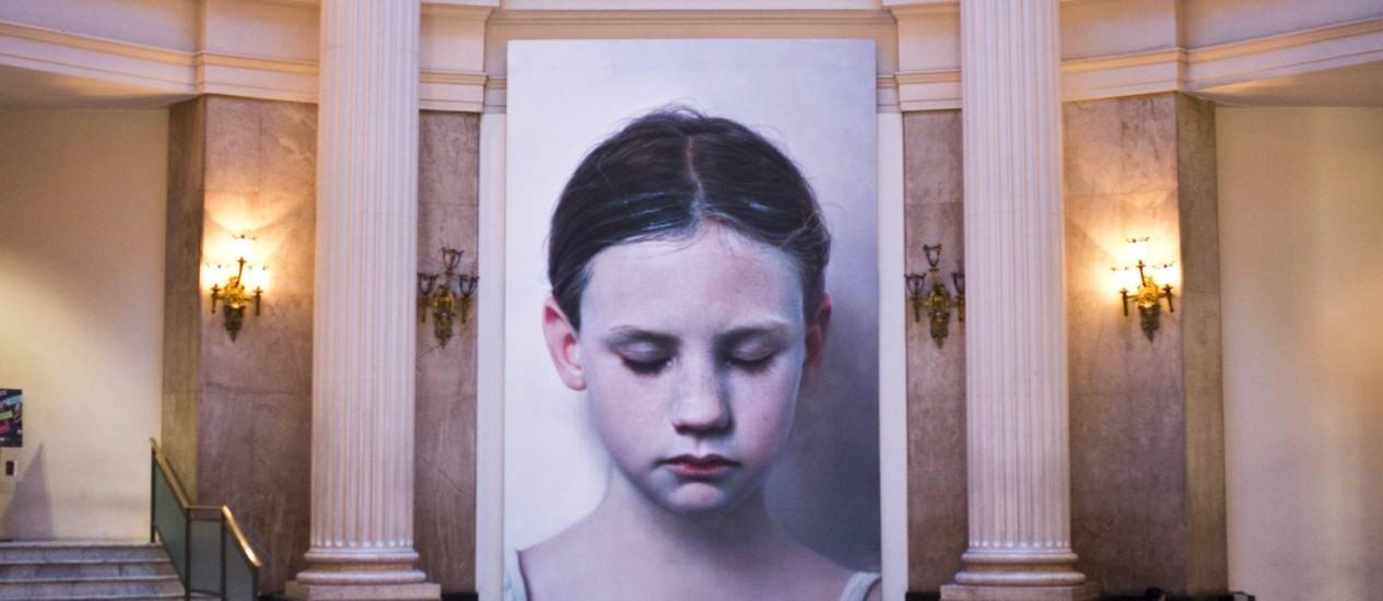 'Cabeça de criança', de 1991, é a pintura hiper-realista que recebe os visitantes da exposição 'Visões na coleção Ludwig', no Centro Cultural Banco do Brasil (RJ) Foto: Fábio Seixo / Agência O Globo