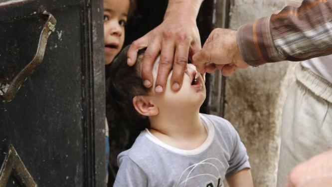 Criança é vacinada em Aleppo, na Síria: país registra novos casos de poliomelite Foto: HOSAM KATAN/REUTERS