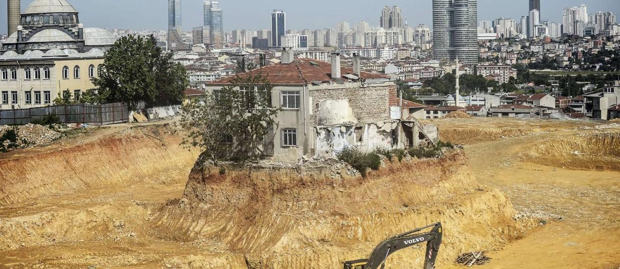 A casa isolada em Fikirtepe, distrito de Istambul: dono se recusa a vendê-la enquanto não houver um contrato claro, e continua vivendo no local Foto: BULENT KILIC / AFP BULENT KILIC