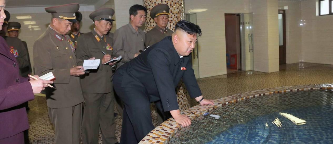 Foto divulgada pela Agência Norte Coreana de Notícias mostra Kim Jong Un inspecionando uma piscina em Pyongyang Foto: KNS / AFP