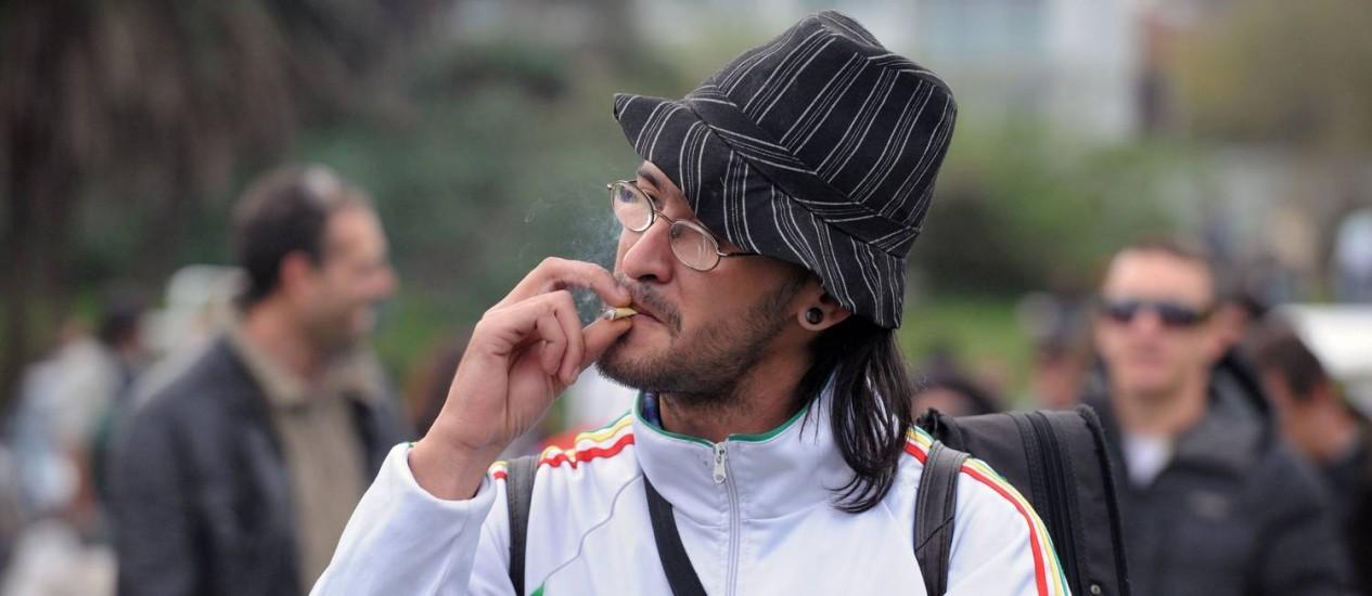 Homem fuma maconha durante o Dia Mundial pela Legalização da substância Foto: / Foto AFP