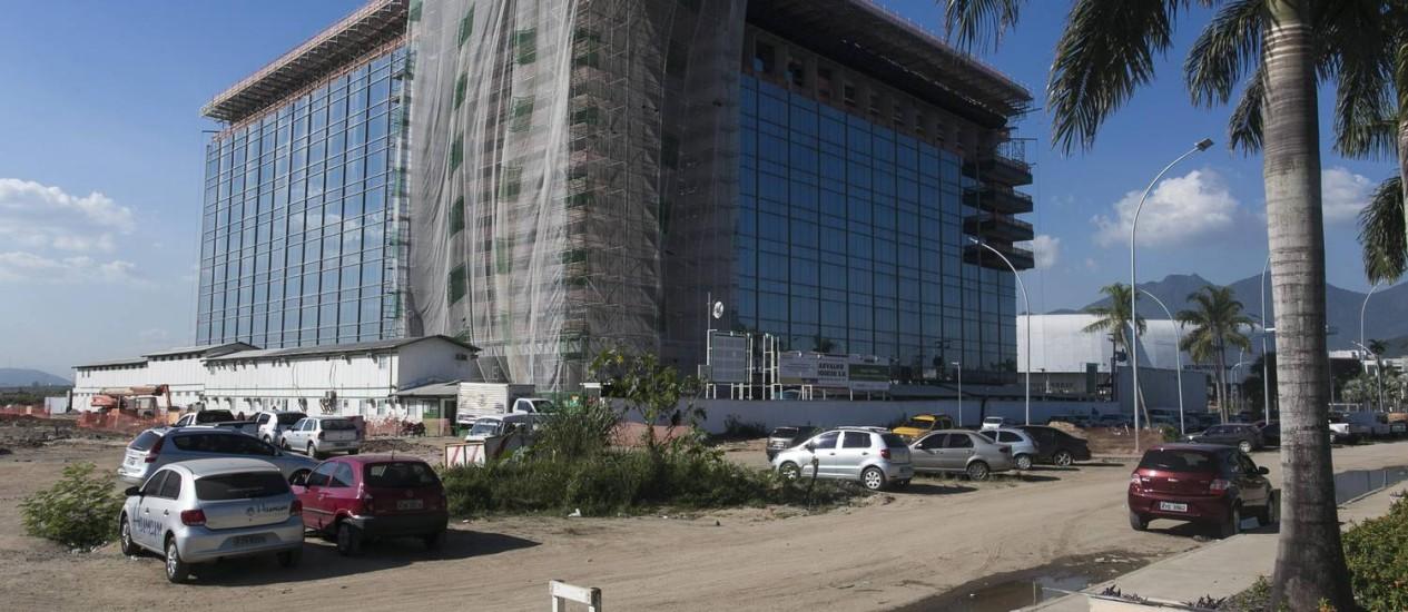 Obras do hotel Hilton, na Barra da Tijuca: bairro é o preferido para os empreendimentos de luxo, que buscam turista de negócios Foto: Daniela Dacorso / O Globo
