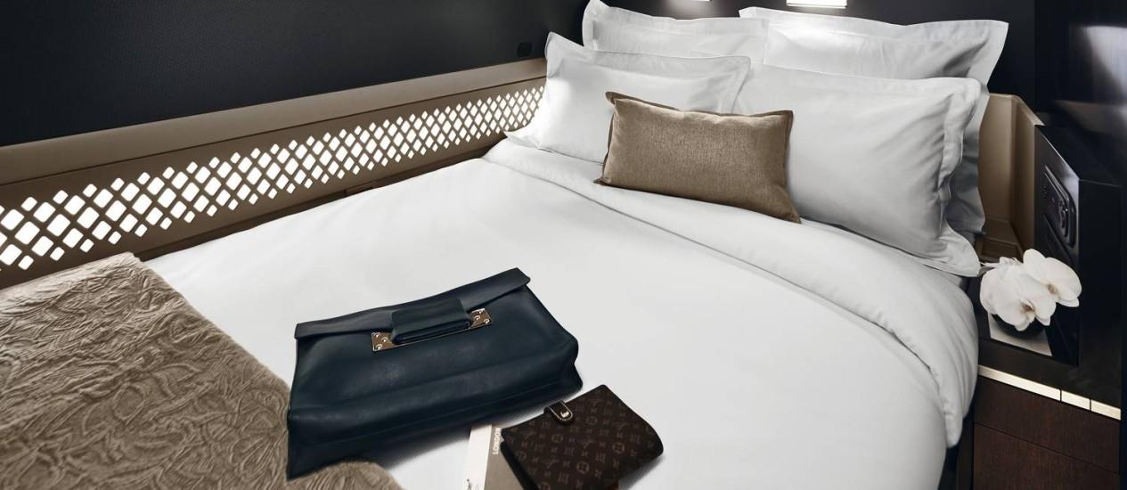 A cama de casal da cabine The Residence, da Etihad Airways Foto: Jamie MacFadyen / Divulgação