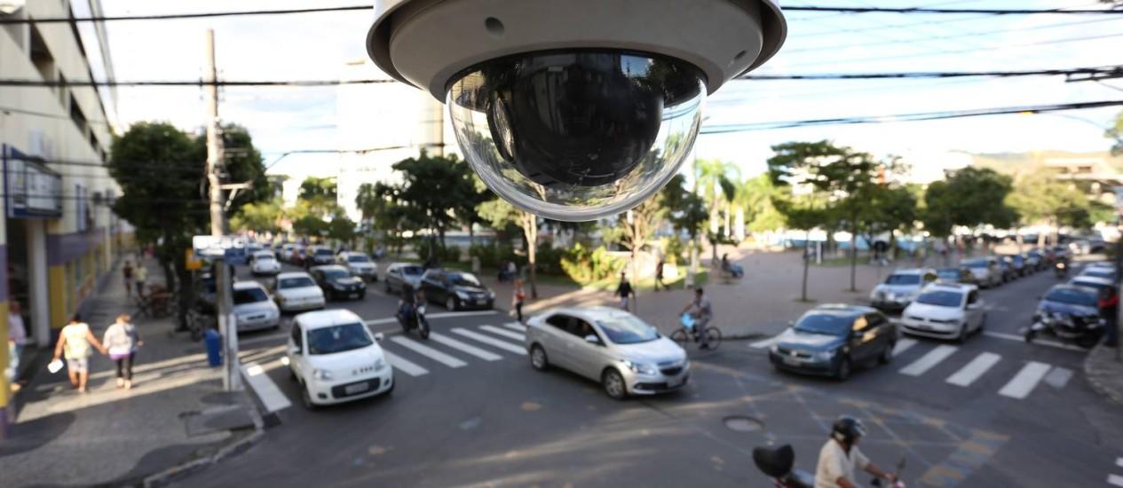 Uma das 53 câmeras implantadas nas ruas da cidade: auxílio na investigação de crimes e no monitoramento do trânsito Foto: Carlos Ivan / Agência O Globo