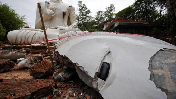 Uma estátua de Buda foi destruída pelo terremoto no templo Udomwaree em Chiang Rai, no norte da Tailândia Foto: ATHIT PERAWONGMETHA / REUTERS