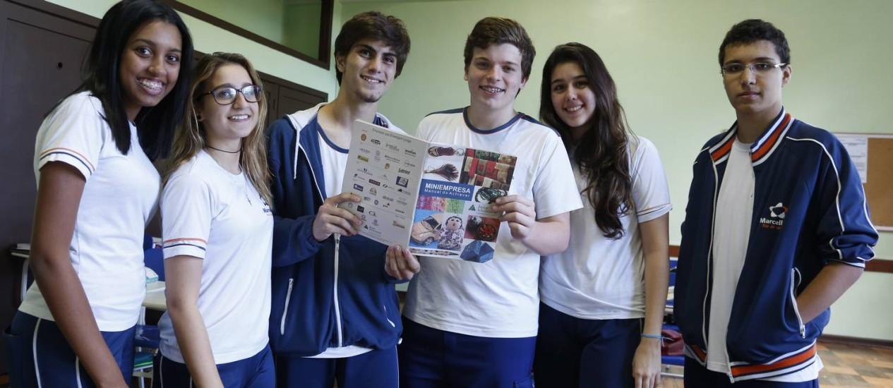 Alunos do segundo ano do ensino médio do colégio Santa Marcelina criaram uma miniempresa e aprendem empreendedorismo fora do horário das aulas Foto: Simone Marinho