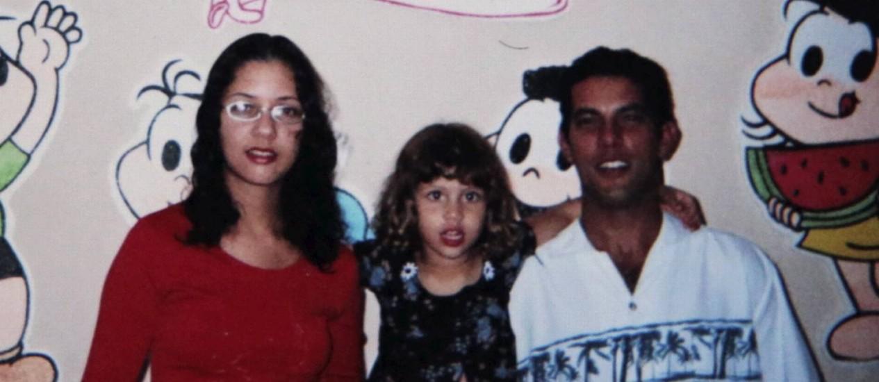 A dona de casa Fabiane de Jesus com a filha Yasmim e o marido, Jaislon Alves Neves. Fabiane morreu na manhã desta segunda-feira Foto: Reprodução/Folhapress