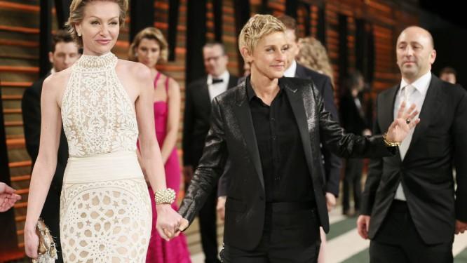 Ellen DeGeneres, apresentadora do Oscar, de mãos dadas com a mulher, a atriz Portia de Rossi: boicote a hotel do sultão de Brunei Foto: DANNY MOLOSHOK / REUTERS
