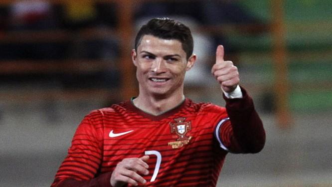 Cristiano Ronaldo com a camisa da seleção de Portugal: ele espera ter o apoio da torcida brasileira na Copa Foto: HUGO CORREIA / REUTERS