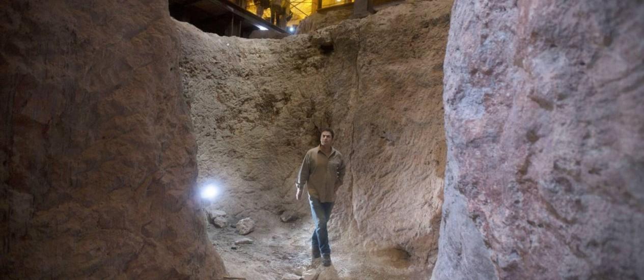 Eli Shukron, arqueólogo da Autoridade de Antiguidades de Israel caminha no sítio arqueológico em que trabalha há duas décadas: evidências da cidadela do Rei Davi Foto: Sebastian Scheiner / AP
