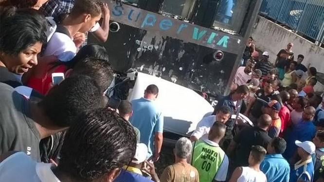 Motorista de carro acessou linha férrea e foi atingido por trem em Japeri Foto: Leitor Leonardo Mourão