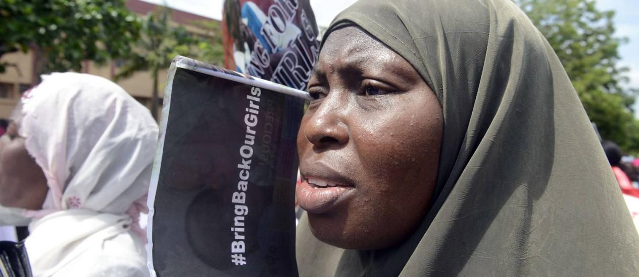 Nigéria. Sequestro de colegiais mobilizou população na capital Lagos. Líder da Boko Haram ameaçou vender reféns 'como escravas' Foto: PIUS UTOMI EKPEI / AFP