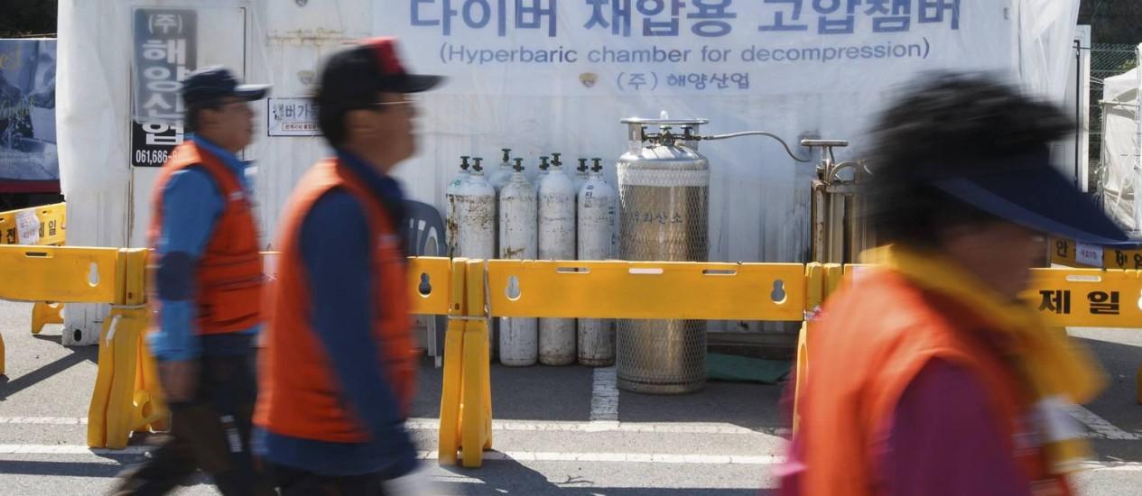 Câmara hiperbárica é vista no porto sul-coreano de Jindo, onde familiares dos passageiros desaparecidos da balsa Sewol estão reunidos Foto: NEWS1 / REUTERS