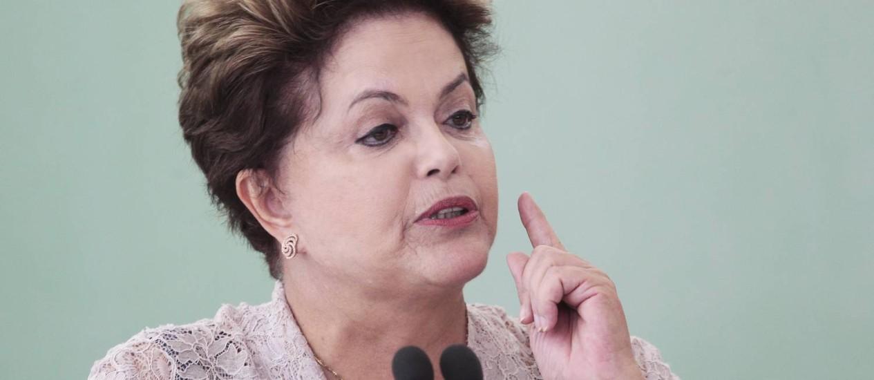 A presidente Dilma Rousseff durante a cerimônia de contratação da terceira etapa das ações de saneamento do PAC2 para municípios com até 50 mil habitantes Foto: Jorge William / Agência O Globo
