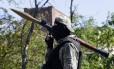 Separatista pró-Rússia anda armado pelas ruas de Donetsk, na Ucrânia