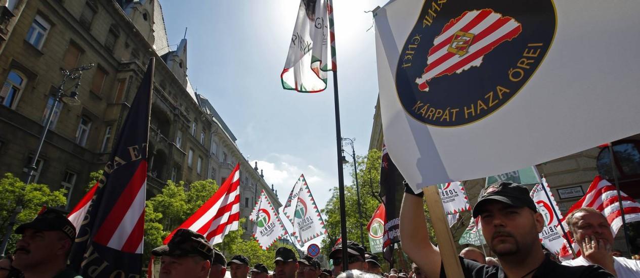 Hungria. Partidários do Jobbik participam de protesto contra o Congresso Judaico Mundial, em Budapeste. Vice-presidente do Parlamento liderou grupo de skinheads no passado Foto: Laszlo Balogh / Reuters / REUTERS