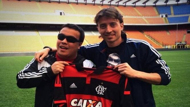 Torcedor do Flamengo posa com a nova camisa do clube ao lado do jogador italiano Montolivo Foto: Reprodução de Twitter