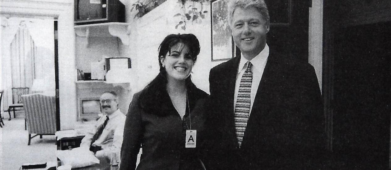 Foto oficial mostra Monica Lewinsky ao lado do presidente Bill Clinton quando ambos trabalhavam na Casa Branca Foto: AP-17-11-1995