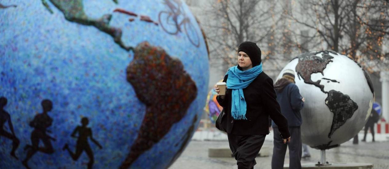 Mulher caminha em exposição na Dinamarca Foto: AFP