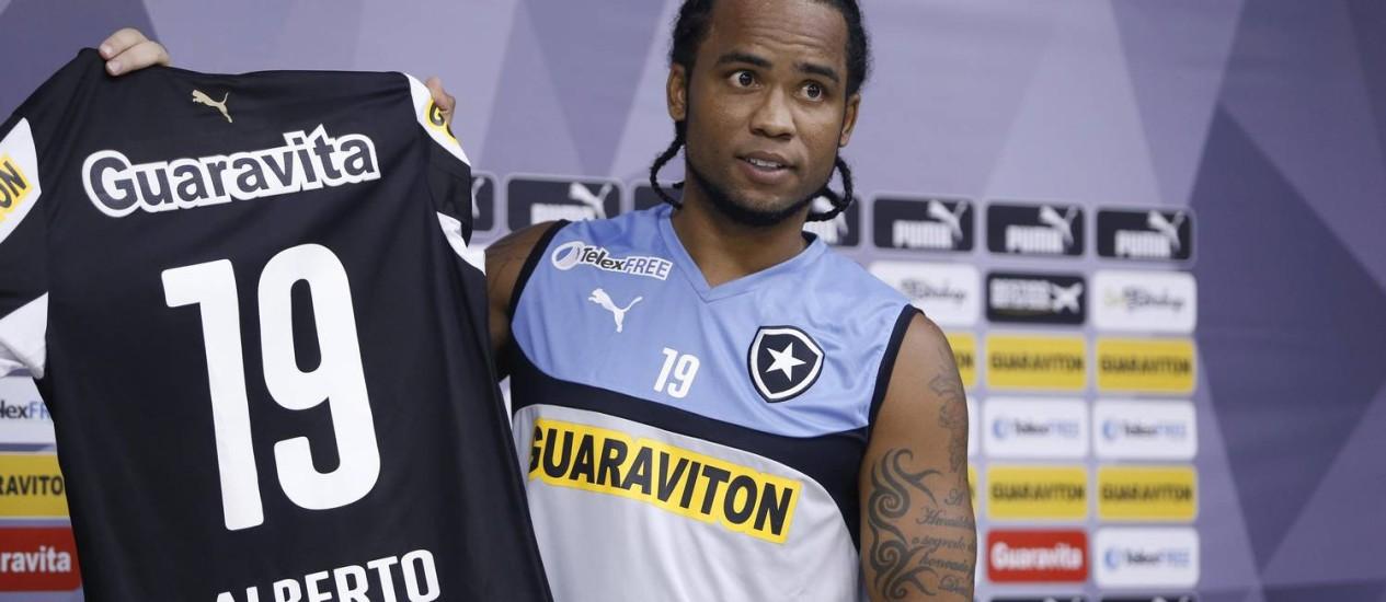Carlos Alberto mostra a camisa 19 que usará no Botafogo Foto: Alexandre Cassiano / Agência O Globo