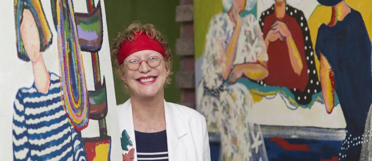 A artista plástica Abigail Vasthi Schlemm entre alguns dos quadros da exposição: a mulher sempre é o foco de sua arte Foto: Leo Martins / Agência O Globo