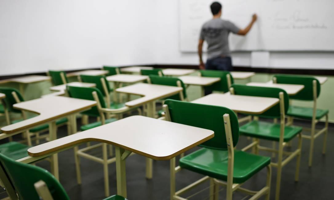Formado em Engenharia Química, professor dá aulas em cursinho: ele pede flexibilização ao MEC Foto: / Guito Moreto /