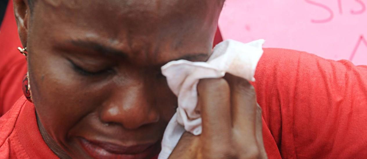 Mulher lamenta filha sequestrada por radicais Foto: PIUS UTOMI EKPEI/AFP