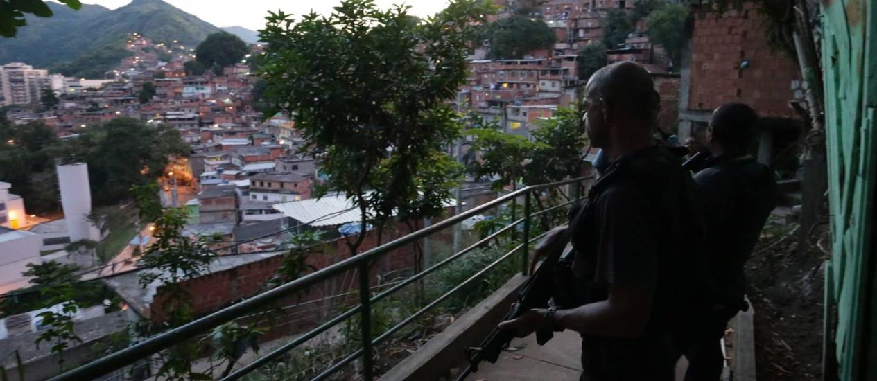 Policiais fazem uma incursão no Morro dos Macacos para saber de onde partiu o tiro que acertou menino de 8 anos Foto: Marcelo Theobald / Agência O Globo